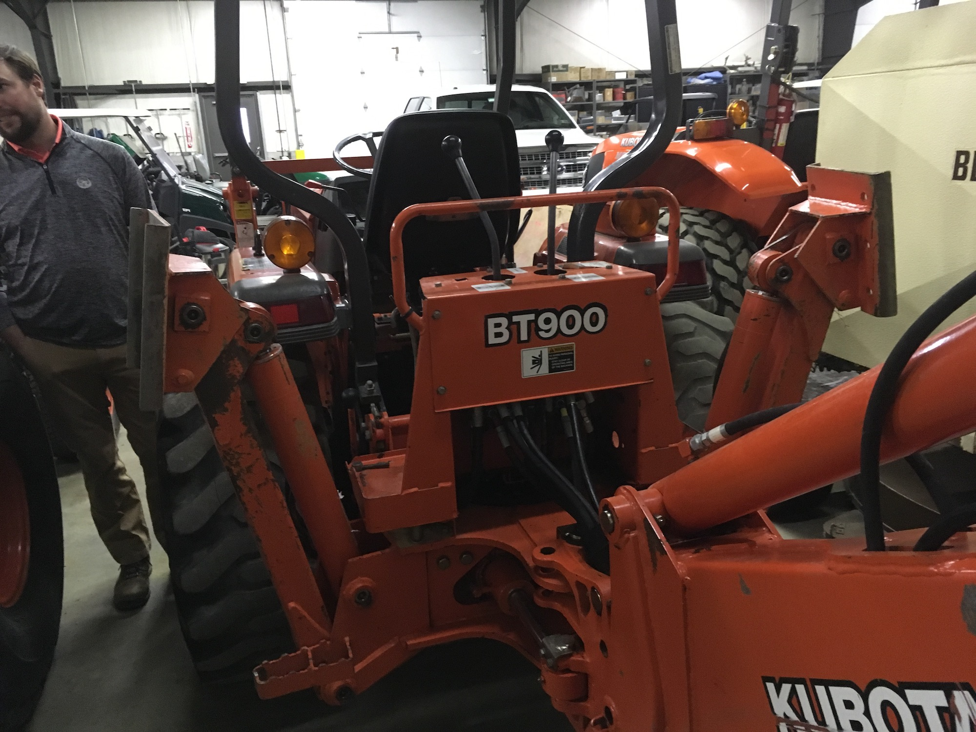 Kubota-L35-TractorLoaderBackhoe-02
