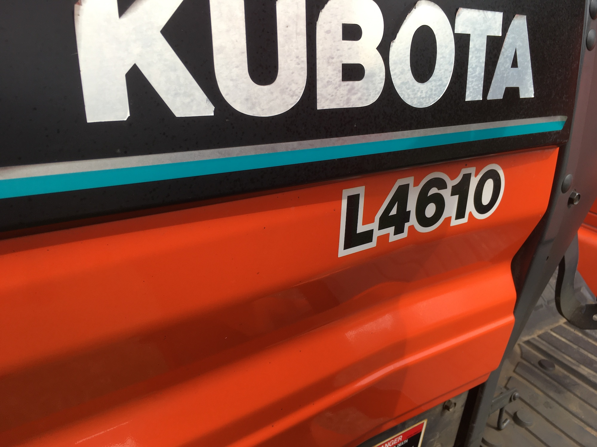 Kubota-L4610-Tractor-and-Front-Loader-05