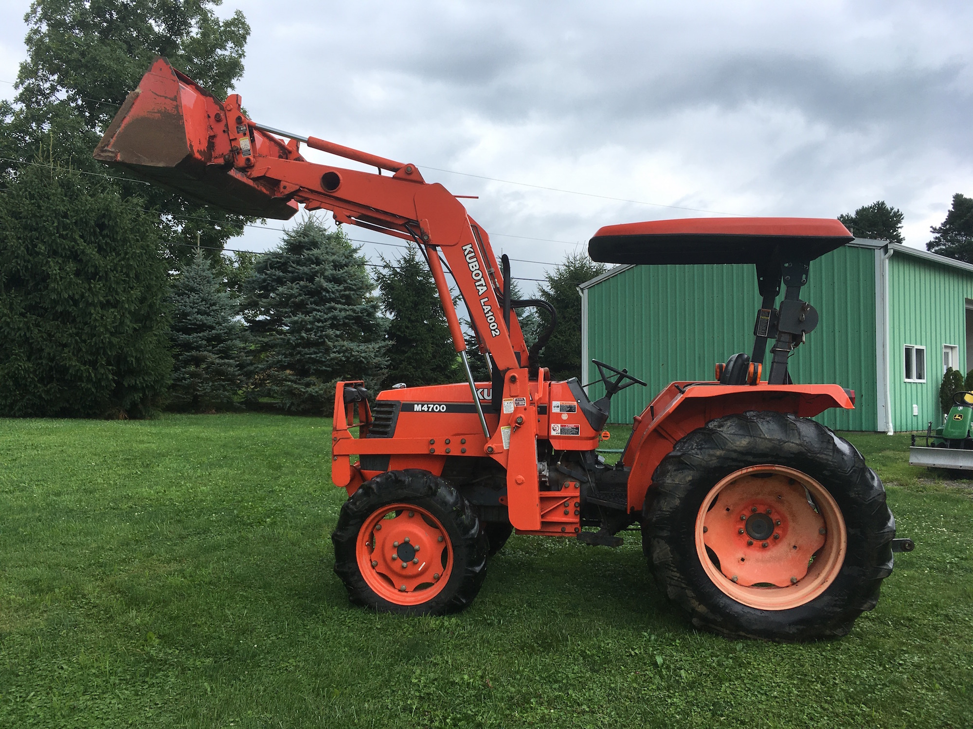 Kubota-M4700-Tractor-Loader_01